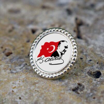 - Ata ve Türk Bayrağı Yaka Rozeti