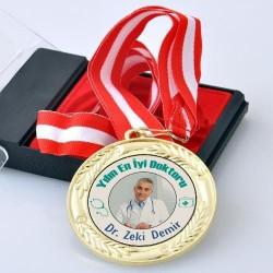 - Fotoğraflı Yılın En İyi Doktoru Madalyonu
