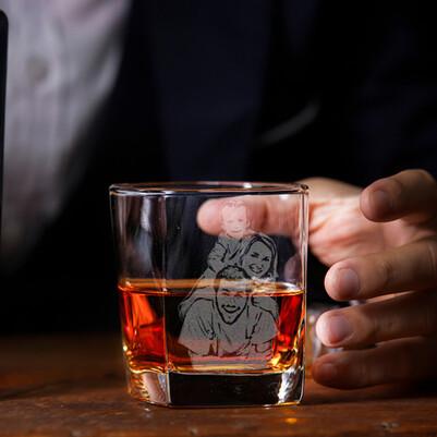 - Viski Severlere Fotoğraflı Viski Bardağı