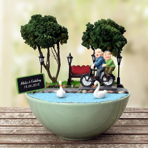 Yaşlı Çiftler Gençliklerini Yaşıyor Minyatür Bahçe
