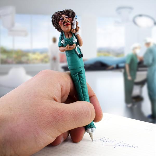 Yeşil Üniformalı Hemşire Kalem