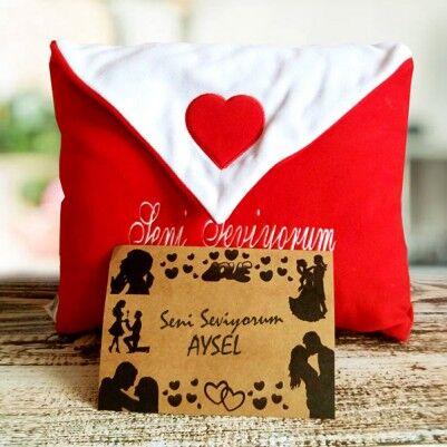 - Zarf Şeklinde Mektuplu Aşk Yastığı